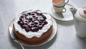 Lemon tendercake with blueberry compôte