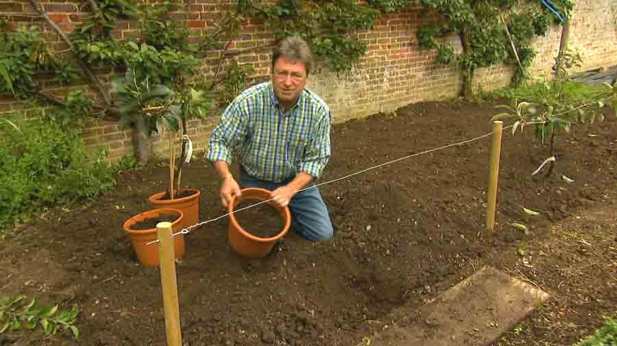 Alan Titchmarsh's Garden Secrets – 17th Century episode 1